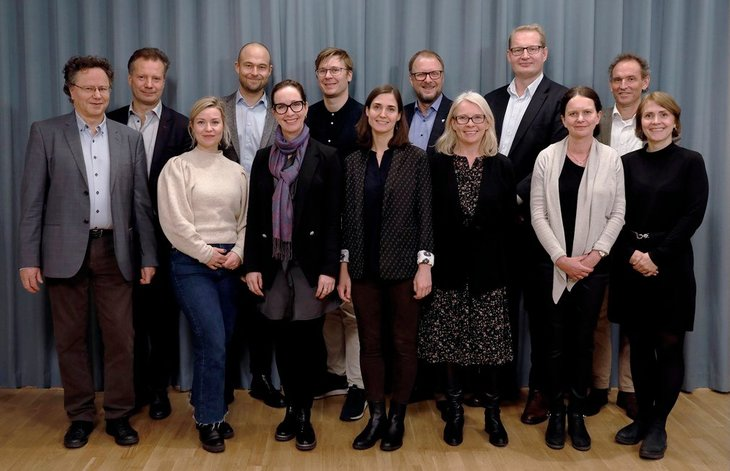 Eiendomsmeglingsutvalget. Bak fra venstre: Espen Moen (leder), Terje Bergem, André Anundsen, Olav Kasland, Carsten Pihl og Hans Henrik Edlund. Foran fra venstre: Aarne Røvik (sekretariatet), Tonje Skjelbostad, Hanne Nordskog-Inger, Julija Pauriene, Anne-Kari Tuv, Hilde Hauge og Marit Skjevling (sekretariatet). Foto: Kenneth Hætta/Finansdepartementet
