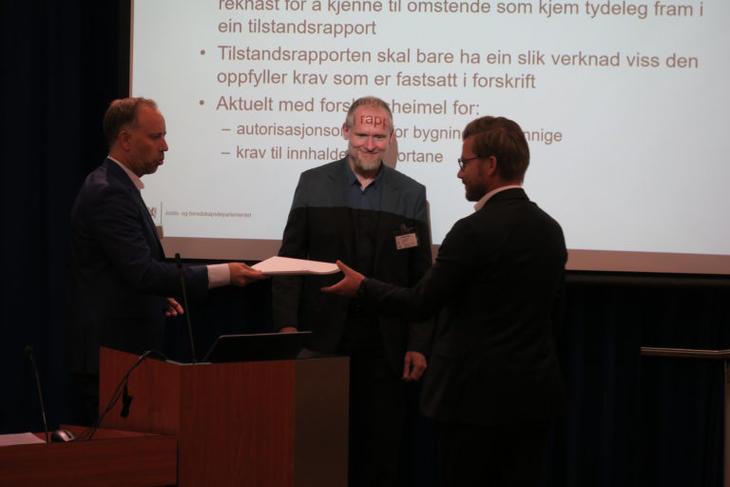 Rapport om dansk boligmodel ble overlevert til statsekretær i Justis og beredskapsdepartementet, Sveinung Rotevatn (V). Foto: Erik Lundersgaard.