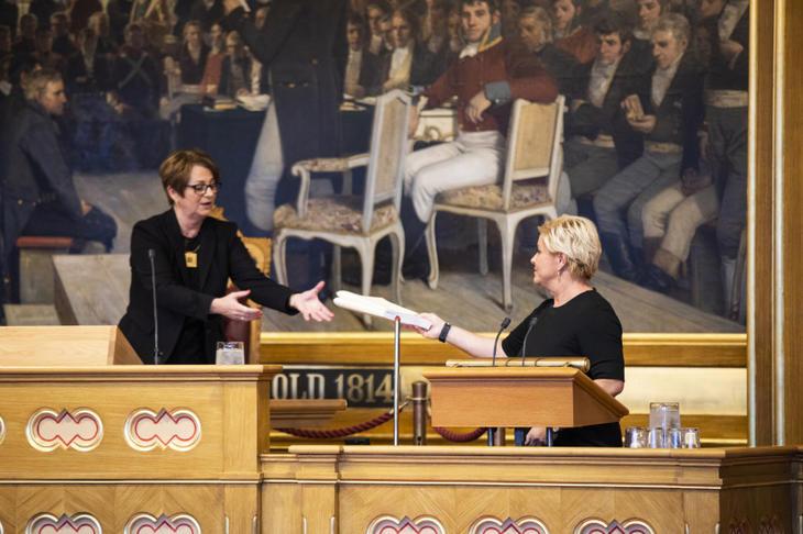 Finansminister Siv Jensen (FrP) overleverer regjeringens forslag til statsbudsjett og nasjonalbudsjett for 2019 til stortingspresident Tone Wilhelmsen Trøen. Foto: Stortinget