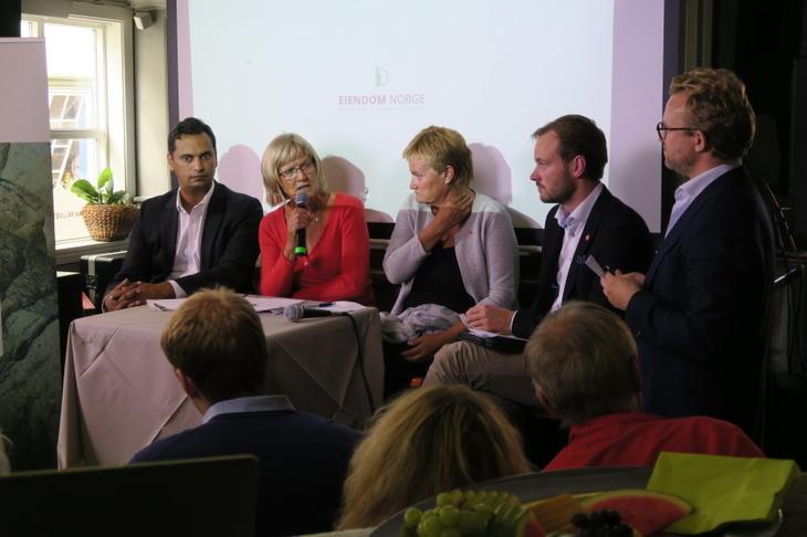 Boligdebatt på Arendalsuka 2018: Fra venstre: Mudassar Kapur (H), Karin Andersen (Sv), Rigmor Aasrud (Ap), Sivert Bjørnstad (Frp) og Erik Lundesgaard (Eiendom Norge). Foto: Peder Tollersrud.