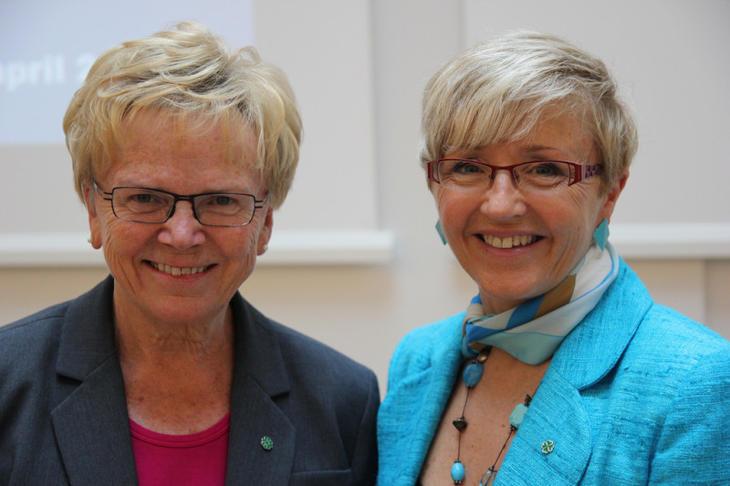 Tidligere kommunalminister Magnhild Meltveit Kleppa (Sp) og hennes etterfølgr Liv Signe Navasete (Sp) på arrangement i regi av Husbanken i april 2013. Foto: Husbanken.