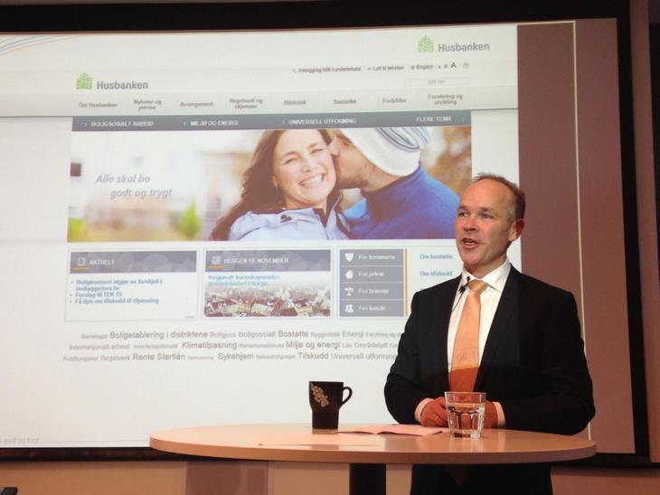 Statsråd Jan Tore Sanner holder presentasjon hos Husbanken. Foto: Kommunal- og regionaldepartementet.