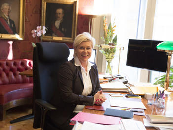 Finansminister Siv Jensen på sitt kontor. Foto: Finansdepartmentet.