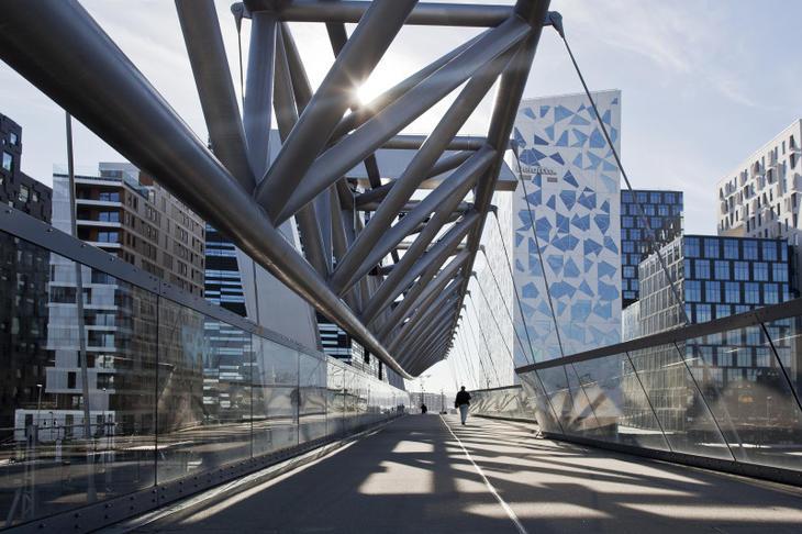 Gangbroen over sporområdet på Oslo S til Bjørvika. Foto: Solfrid Sande