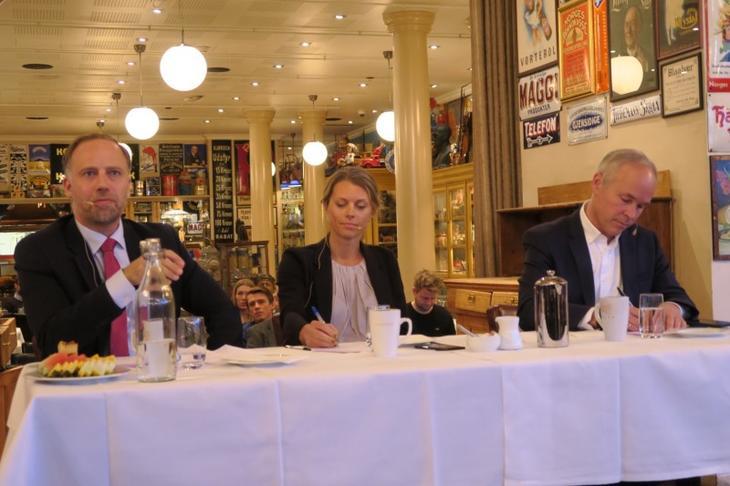 Fra venstre: Eiendom Norge-direktør Christian V. Dreyer, boligforsker Gro Sandkjær Hanssen og statsråd Jan Tore Sanner (H). Foto: Erik Lundesgaard