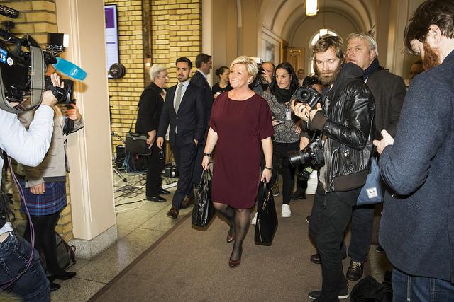 Finansminister Siv Jensen på vei for å presentere statsbudsjettet 2018. Foto: Flickr/Stortinget