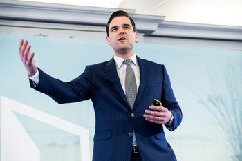 CEO og forfatter Alex Tapscott foredrar om blockchain-teknologien. Foto Johnny Vaet Nordskog.