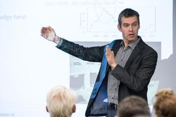 Professor Erling Røed Larsen fordrar på Boligøkonomisk nettverk i regi av Eiendom Norge i oktober 2016. Foto: Johnny Vaet Nordskog.