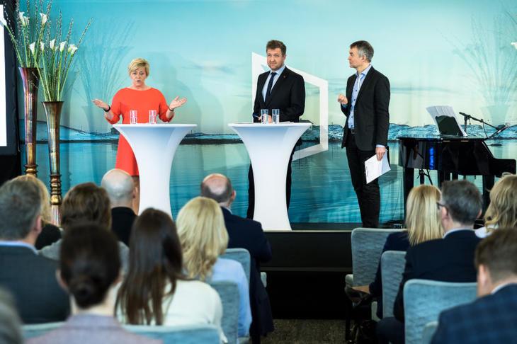 Finansminister Siv Jensen (Frp) og stortingsrepresentant Truls Wickholm (Ap) og debattleder Aslak Bonde på Eiendom Norge konferansen 2017.