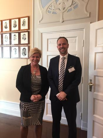 Finansminister Siv Jensen (Frp) og Eiendom Norges administrerende direktør Christian Vammervold Dreyer. Foto: Erik Lundesgaard