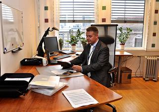 Statssekretær Per Willy Amundsen på sitt kontor. Foto: KMD.