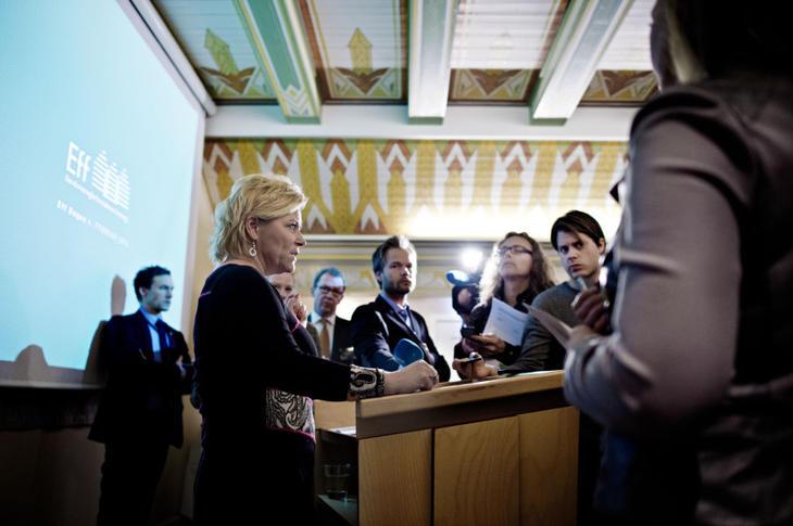 Finansminister Siv Jensen avholder en improvisert pressekonferanse om egenkapitalkravet på Eff-dagen 6. februar, 2014. Foto: Fartein Rudjord.