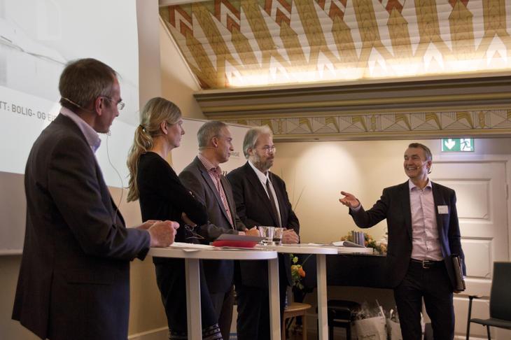 Fra paneldebatten om eiendomsbeskatning. Fra venstre: Prof. Ole Gjems-Onstad, stortingsrepresentant Marianne Marthinsen (Ap), stortingsrepresentant Hans Olav Syversen (Krf), statssekretær Jon Gunnar Pedersen (H) og ordstyrer Aslak Bonde.