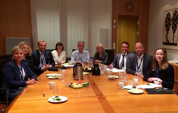 Oppgjørsutvalget. Fra venstre: Tonje Skjelbostad (Forbrukerombudet), Inger Granli (Finansdepartementet), Carl O. Geving (Nef), Marit Skjevling (sekretær, Finanstilsynet) , Erik Bunæs (Finanstilsynet), Anne-Kari Tuv (Finanstilsynet), Thomas Bartholdsen (Forbrukerrådet), Christian V. Dreyer (Eiendom Norge) og Hanne Storstein (DNB/FNO). Foto: Carl O. Geving.