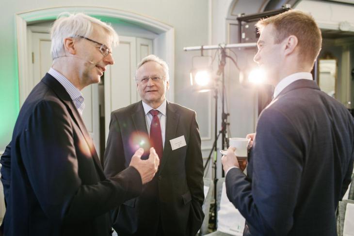Fra venstre: Paneldeltakerne professor Øystein Thøgersen, tidligere sentralbanksjef Svein Gjedrem og professor Erling Røed Larsen i samtale. Foto: Johnny Vaet Nordskog.