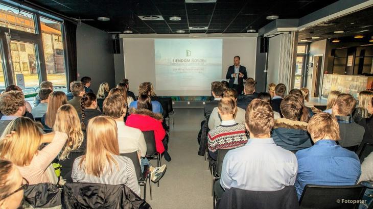 Administrerende direktør Christian V. Dreyer i Eiendom Norge holder foredrag i Høgskolen i Sørøst-Norge campus Bø .