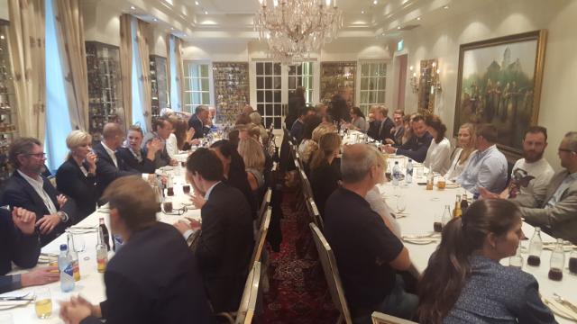 Faglig diskusjoner under lunsjen i Fagforumet på Småflaskemuseet i august 2015.