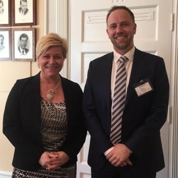 Finansminister Siv Jensen (Frp) og Eiendom Norge-direktør Christian Vammervold Dreyer. Foto: Erik Lundesgaard.