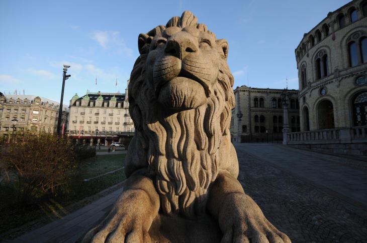 Løven utenfor stortinget. Foto: stortinget.no