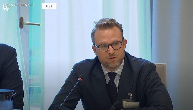 Kommunikasjonssjef Erik Lundesgaard på høringen i Stortingets finanskomité om statsbudsjettet 2020. Foto: Skjermdump fra stortinget.no